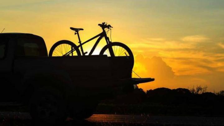 Bicicletta con tramonto alle spalle